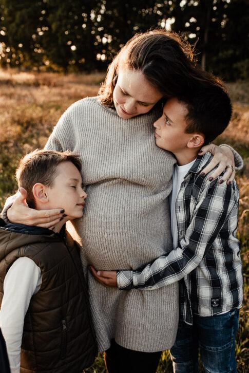 große Brüder kuscheln mit schwangeren Mama bei Babybauchshooting in Wolfsburg