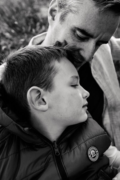 Vater und Sohn in schwarzweiß bei Babybauchshooting in Wolfsburg