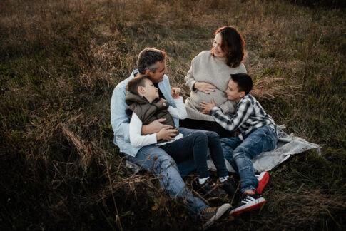 Familie auf Decke bei Familienshooting auf Wiese in Wolfsburg