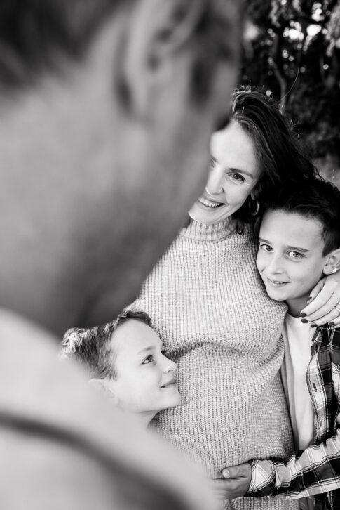 Blick über Schulter des Vaters bei Babybauchshooting in Wolfsburg