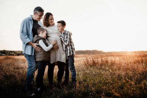 Vierköpfige Familie auf Feld mit Abendsonne bei Familienshooting in Wolfsburg