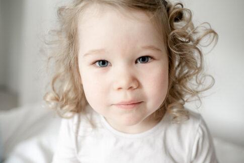 Kleines Mädchen Porträtbild bei Familienshooting in Celle