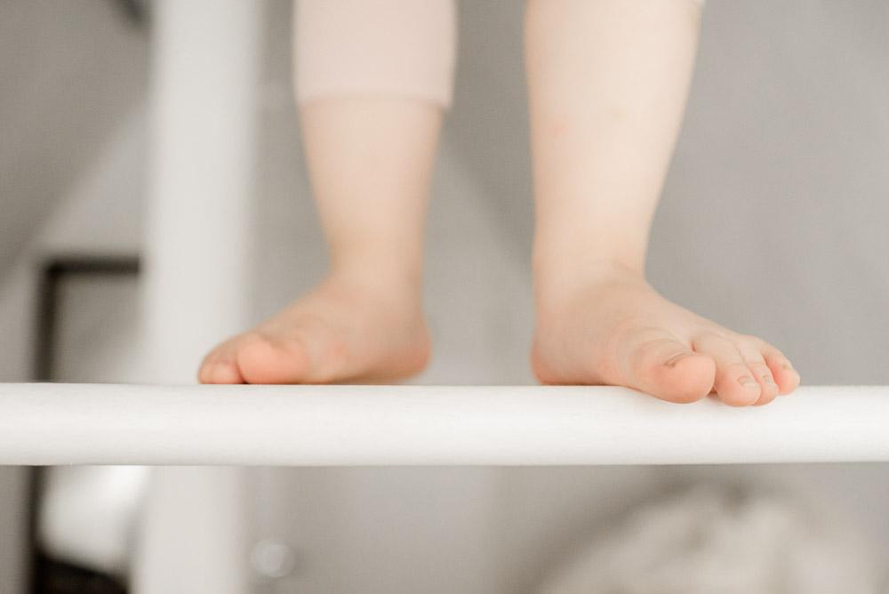 Kinderfüße auf Treppe bei Familienshooting in Celle, Hannover