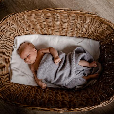 Baby in Körbchen bei Neugeborenen Shooting in Celle