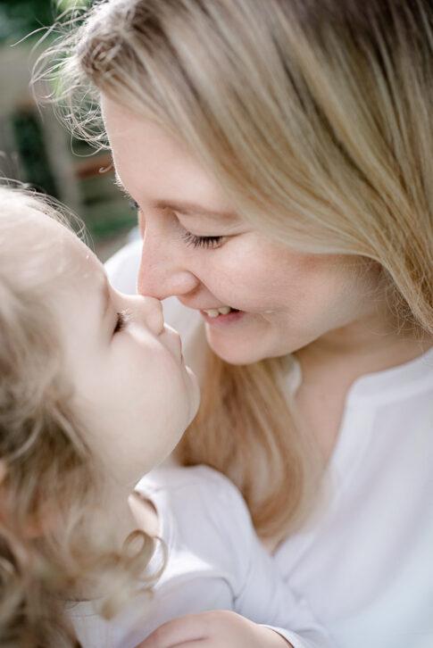 Mutter und Tochter geben sich einen Eskimokuss bei Familienshooting in Celle