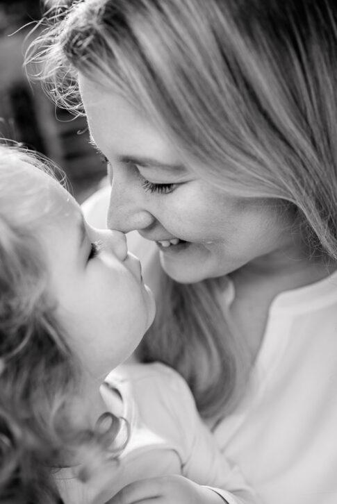 Mama gibt Tochter einen Nasenkuss während eines Famlienshootings in Celle, Hannover, Braunschweig